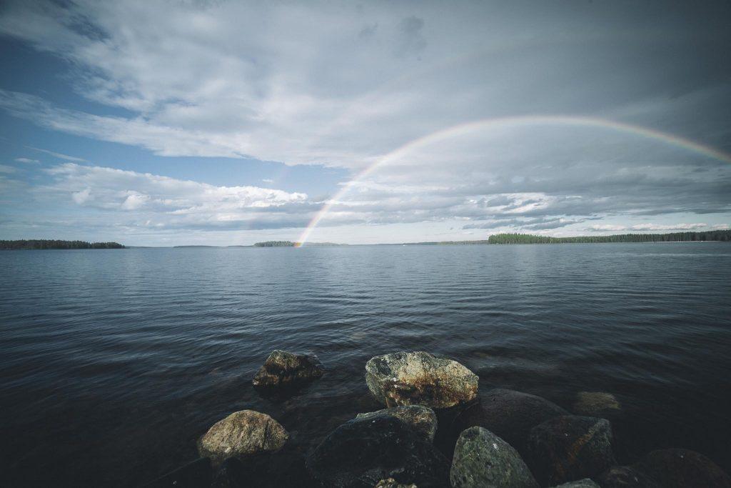 Sateenkaari järven yllä.