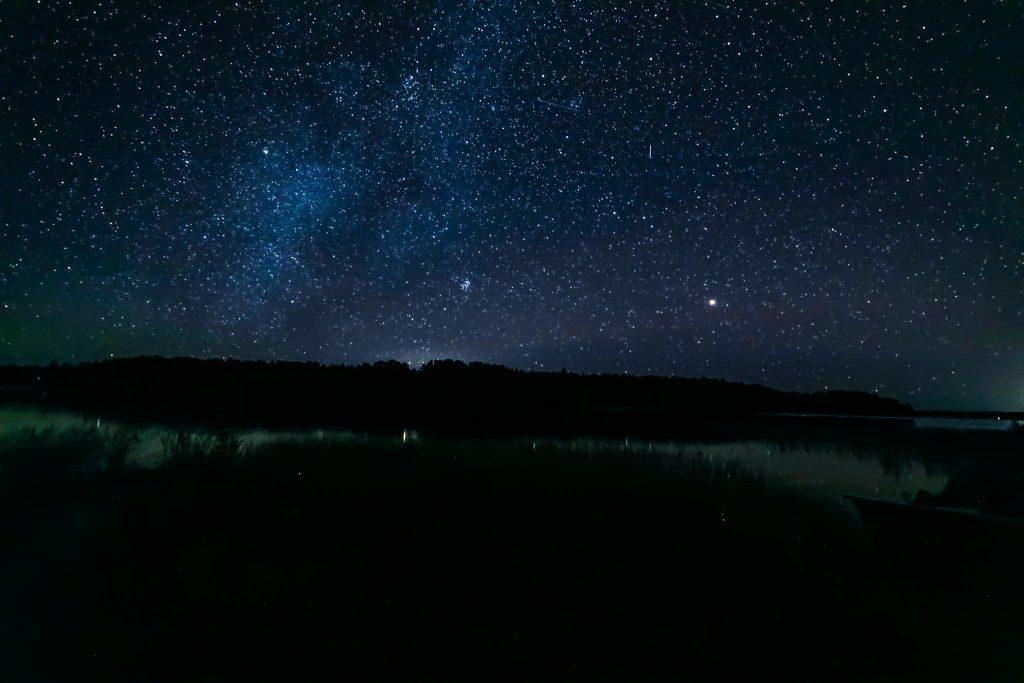 Syksyinen tähtitaivas järven yllä.
