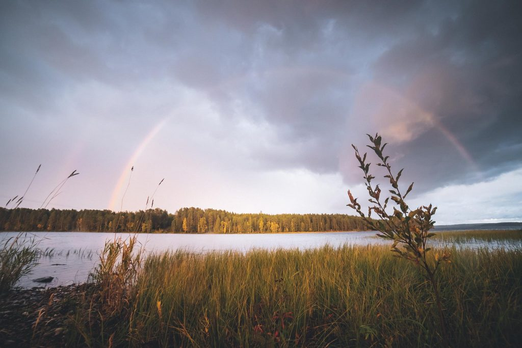Upea sateenkaari järven yllä.