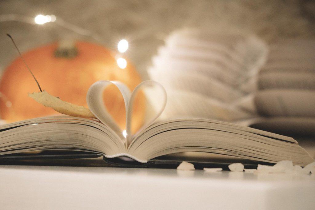Bookstagram halloween tyylinen valokuvasommitelma.
