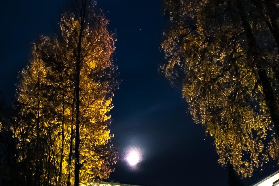 Kuu syksyllä.