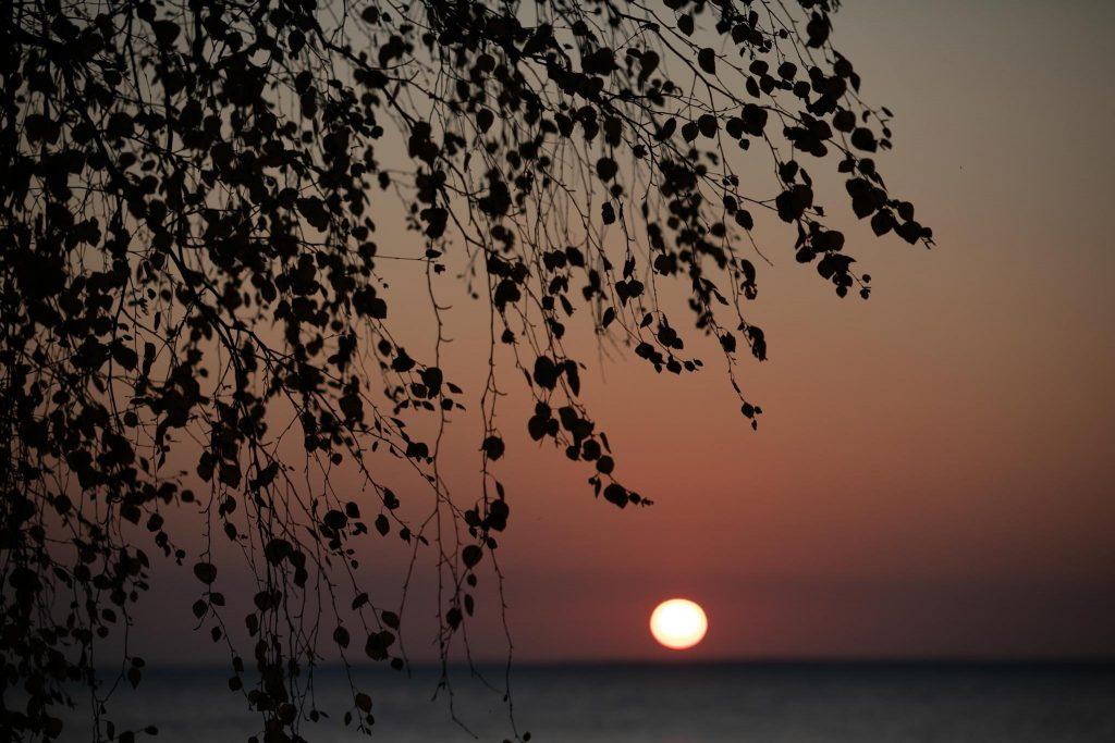 Punainen auringonlasku Oulujärvellä.