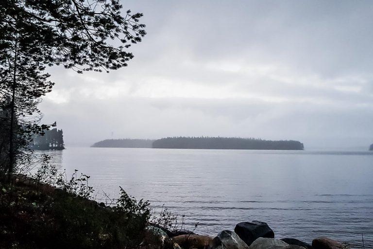 Syksyisen harmaa järvimaisema.