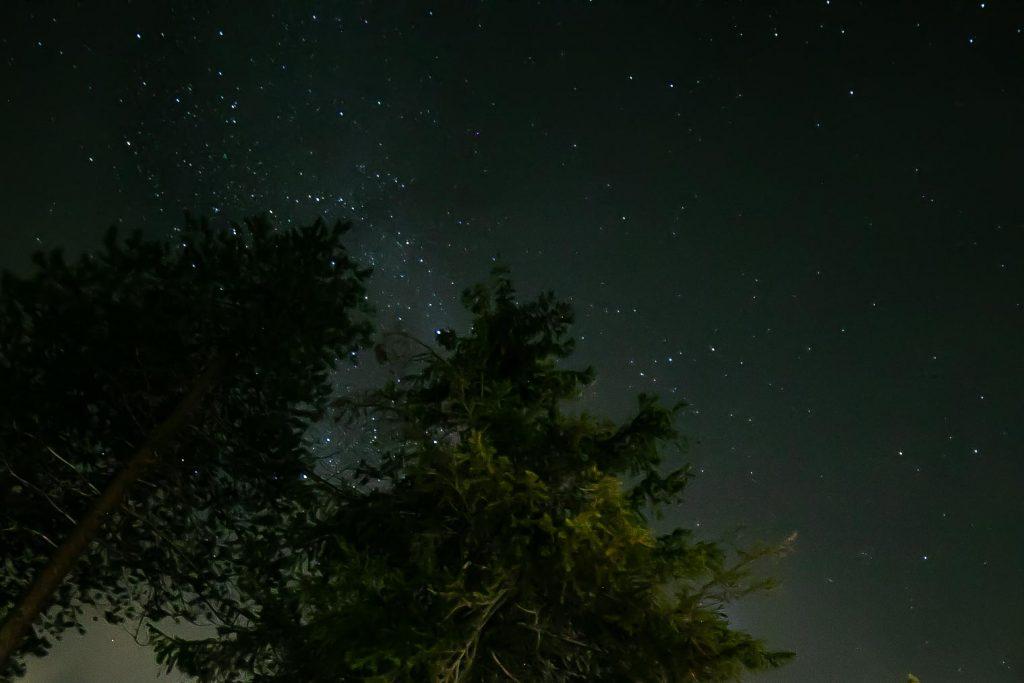Tähtitaivas pilkahtaa pilven raosta.