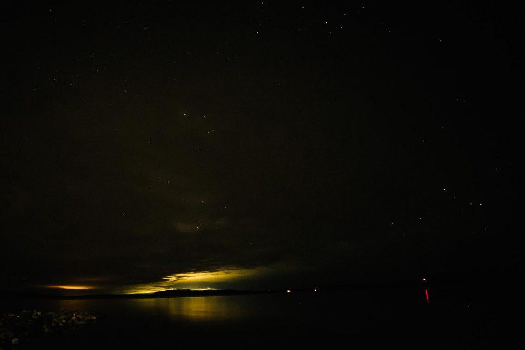 Valosaastetta järven takana.