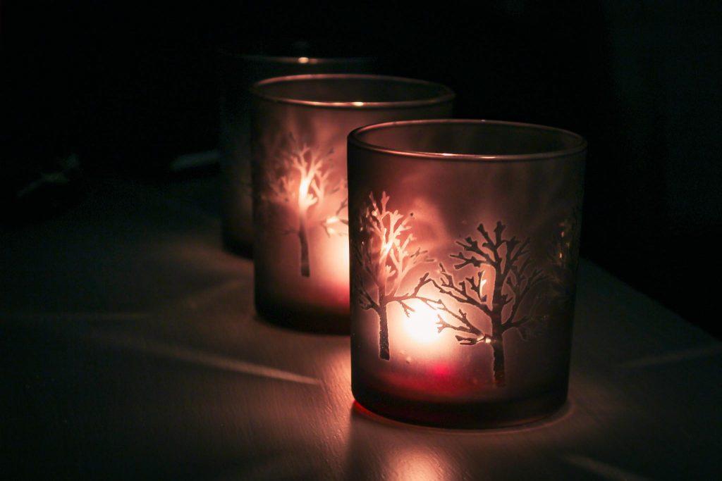 Fiilistelyä kynttilän valossa.