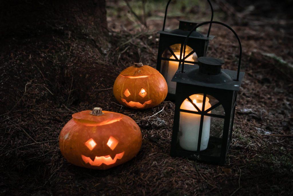 Halloween kurpitsasyhty sommitelma metsässä.