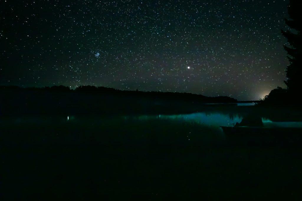 Mars iltatähtenä ja tähtitaivas.