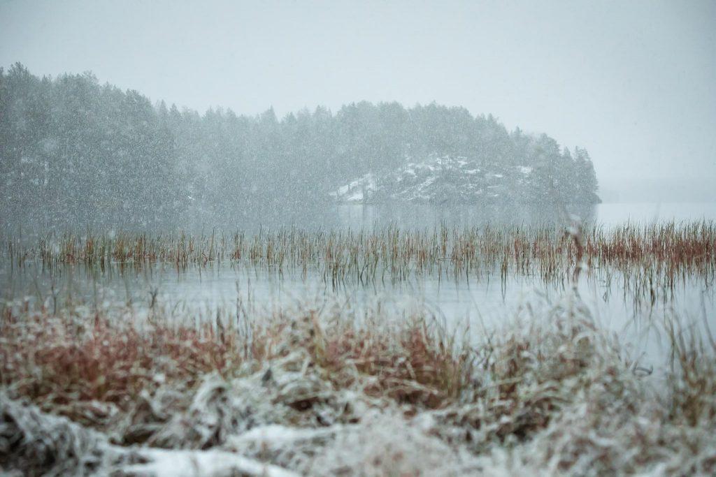 Syksyinen räntäsade järvimaisema Kainuussa.