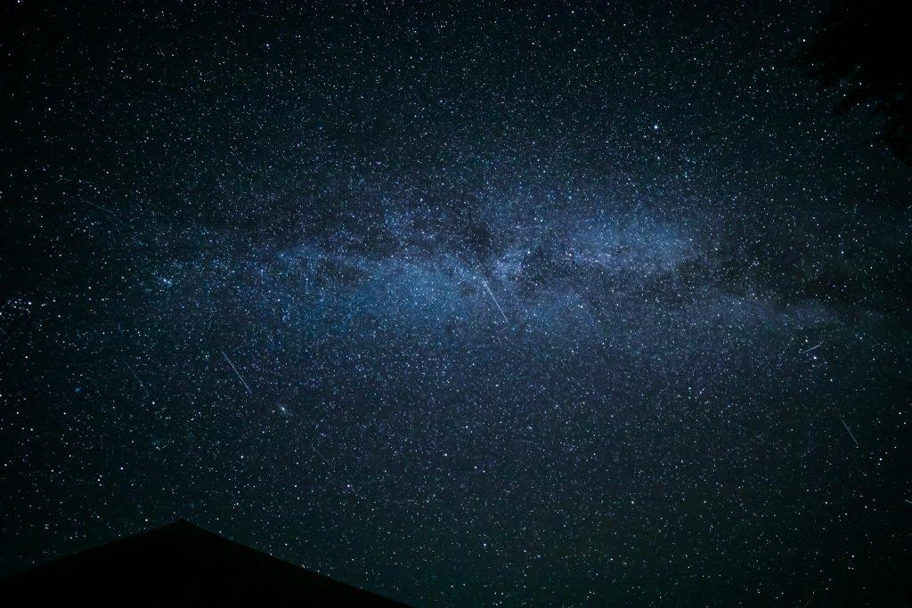 Tähdenlentoja ja tähtitaivas syyskuussa.