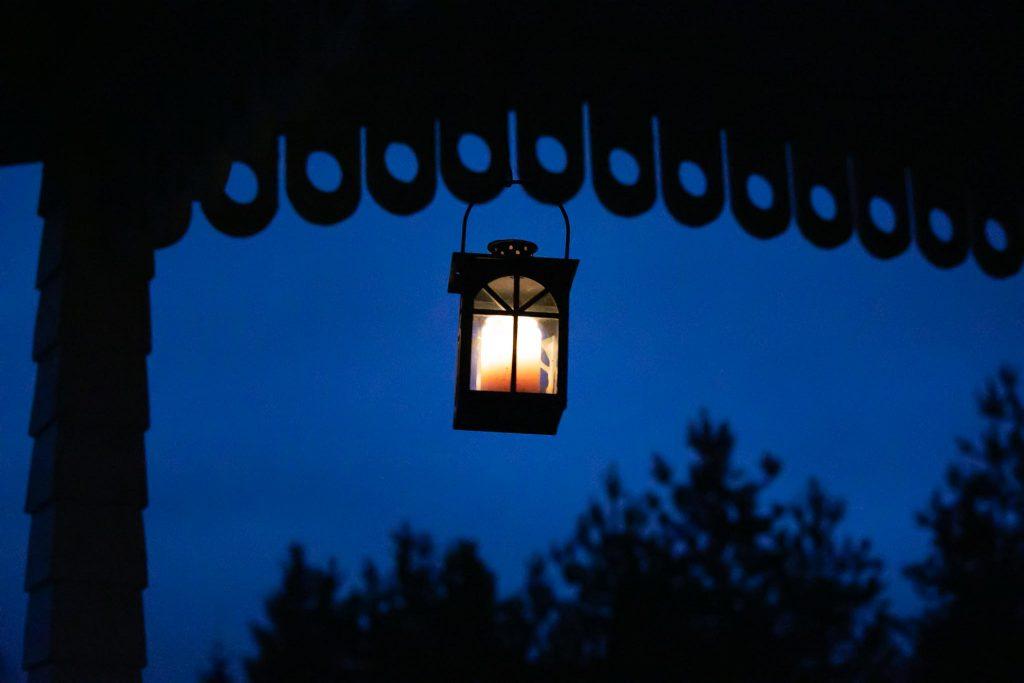 Tunnelmallinen lyhty luo valoa syksyn pimeyteen.