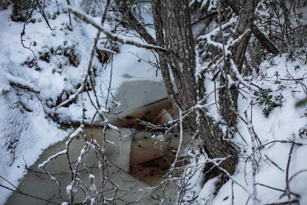 Jää rikkoutui alta ojan ylityksessä.