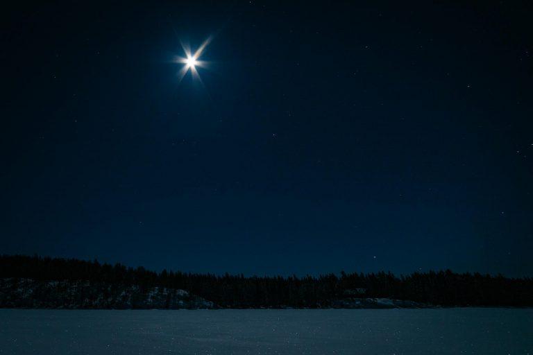 Täysikuu ja tähtitaivas.