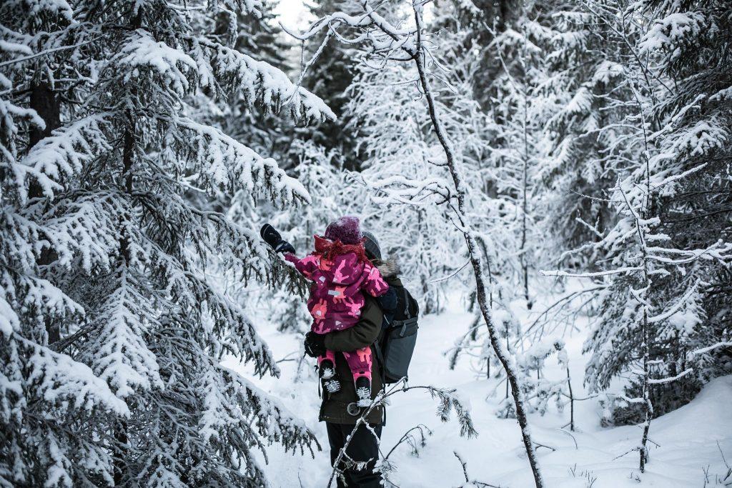 Ulkoilua lumisessa metsässä.