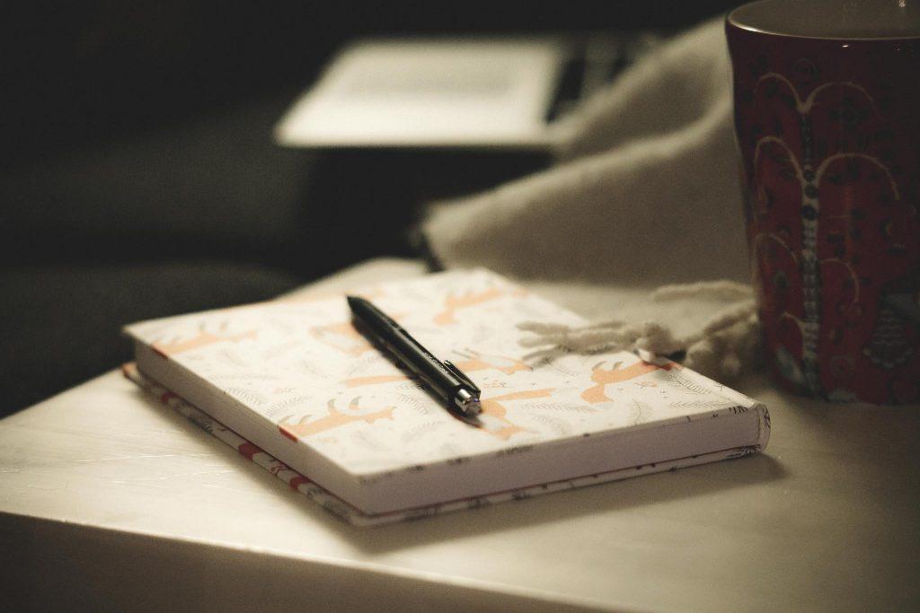 Kirjan kirjoittaminen.