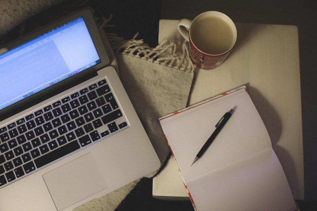 Kirjan kirjoittaminen aamuisin.