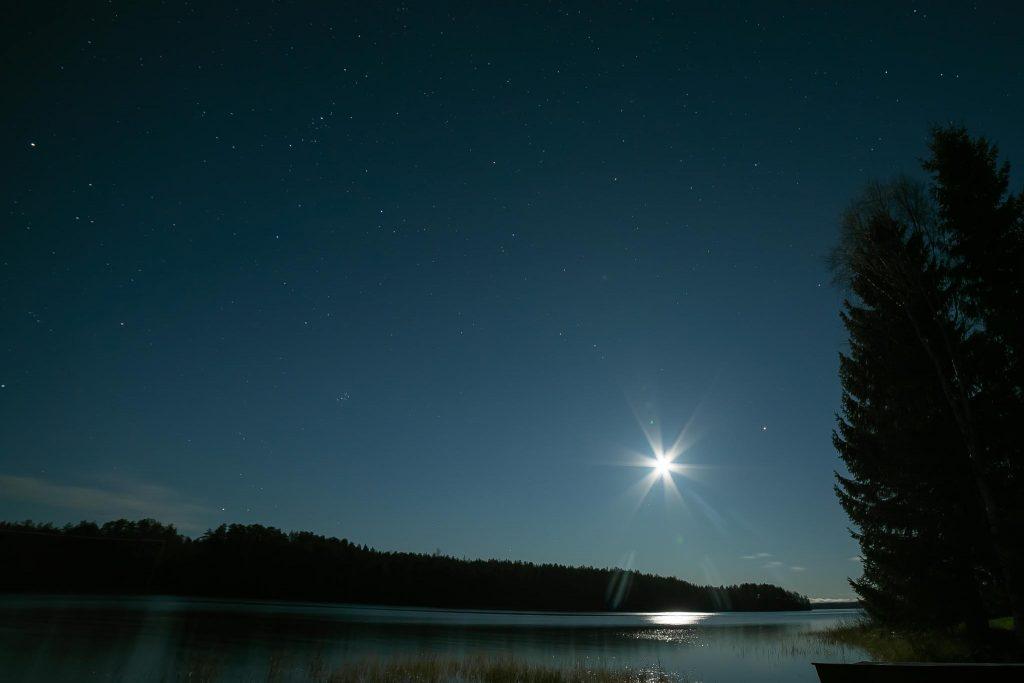 Kuun loiste järven pintaan.