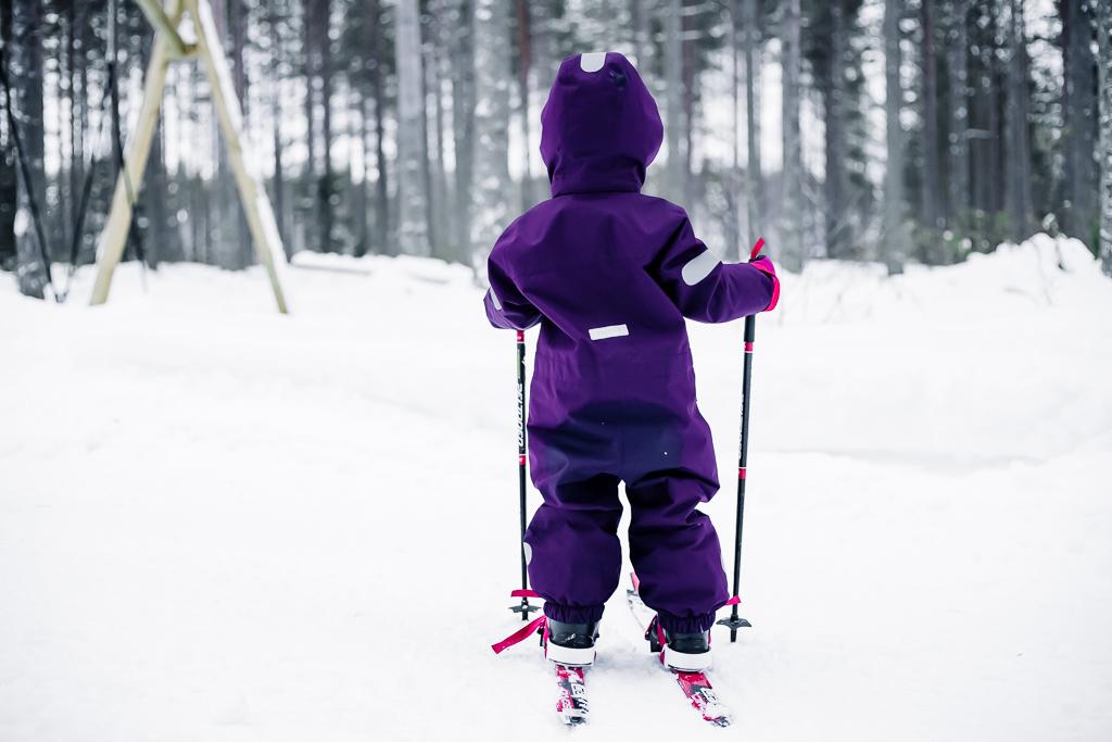 Lumileikit lasten kanssa, hiihtäminen.