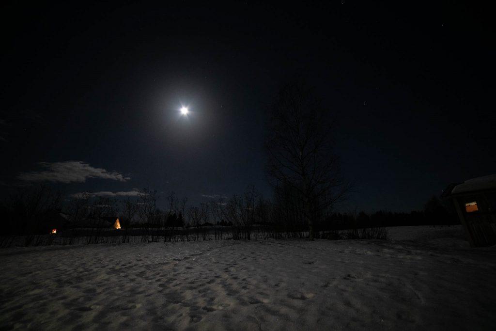 Kuun loiste ja tähtitaivas.