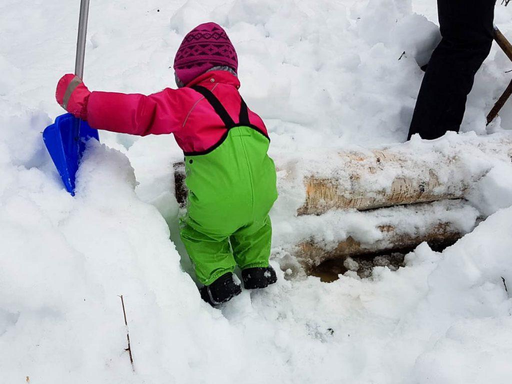 Rankakasoja kaivamassa lapsen kanssa.