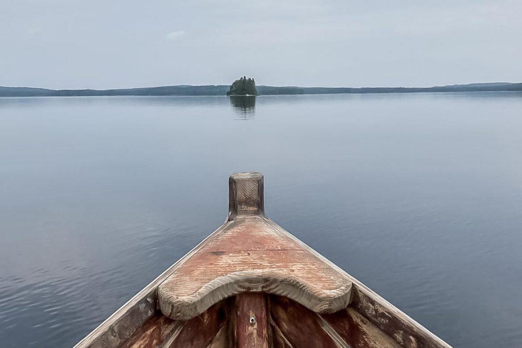 Järvimaisema ja veneen keula.