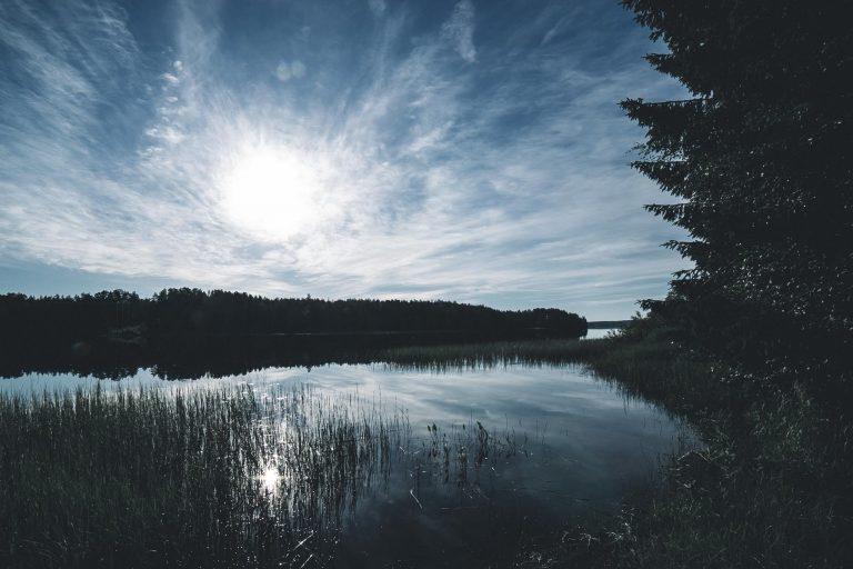 Juhannusaaton järvimaisemaa.