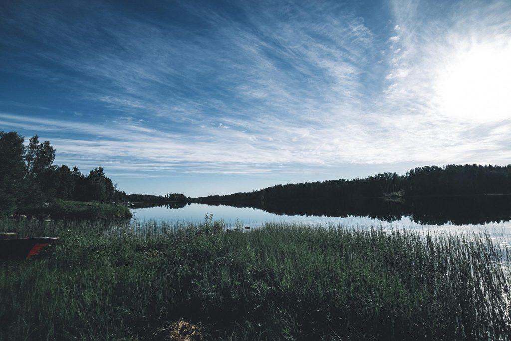Juhannusaaton järvimaisemaa. Kainuussa.