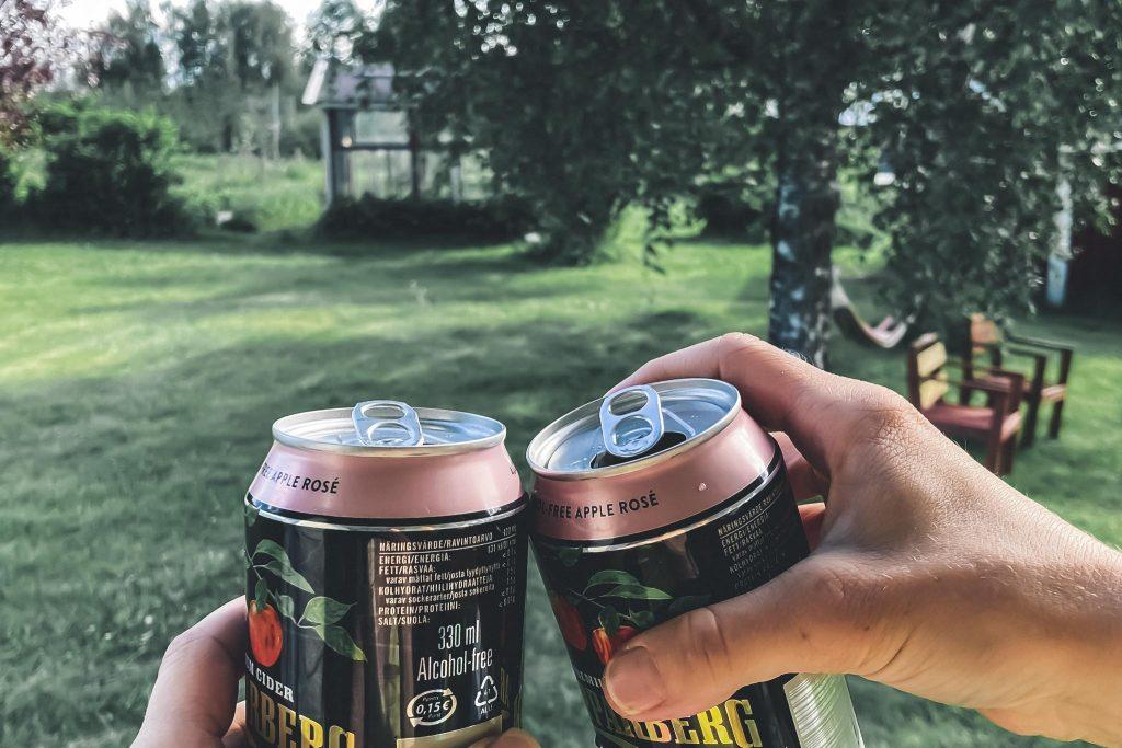 Juhannusfiilistelyä alkoholittomilla siidereillä.