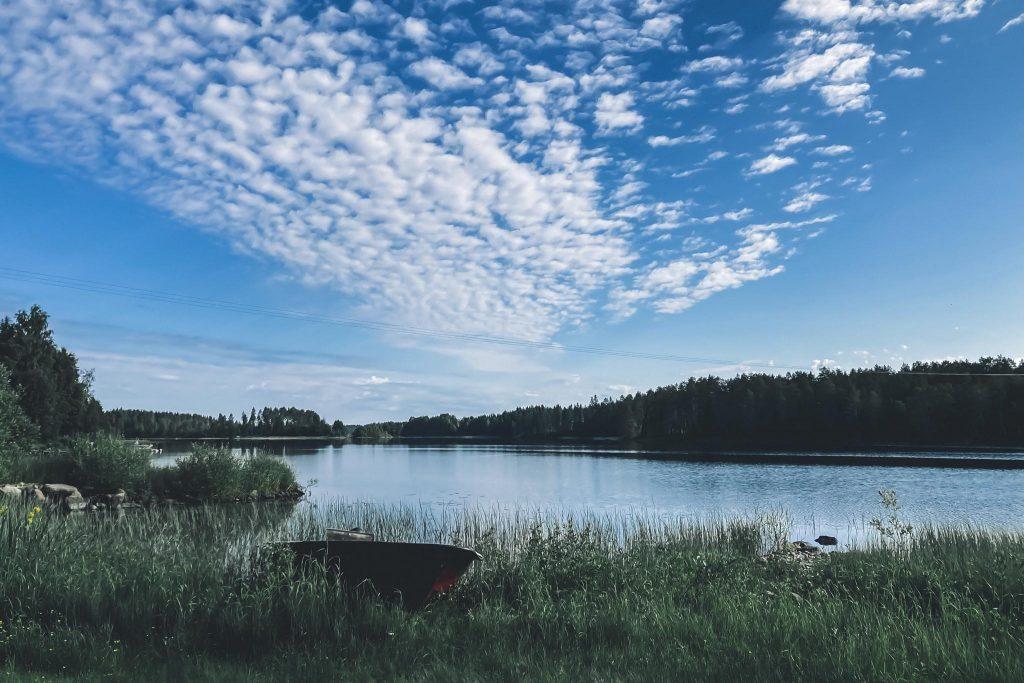 Juhannuspäivän aamun järvimaisemaa.