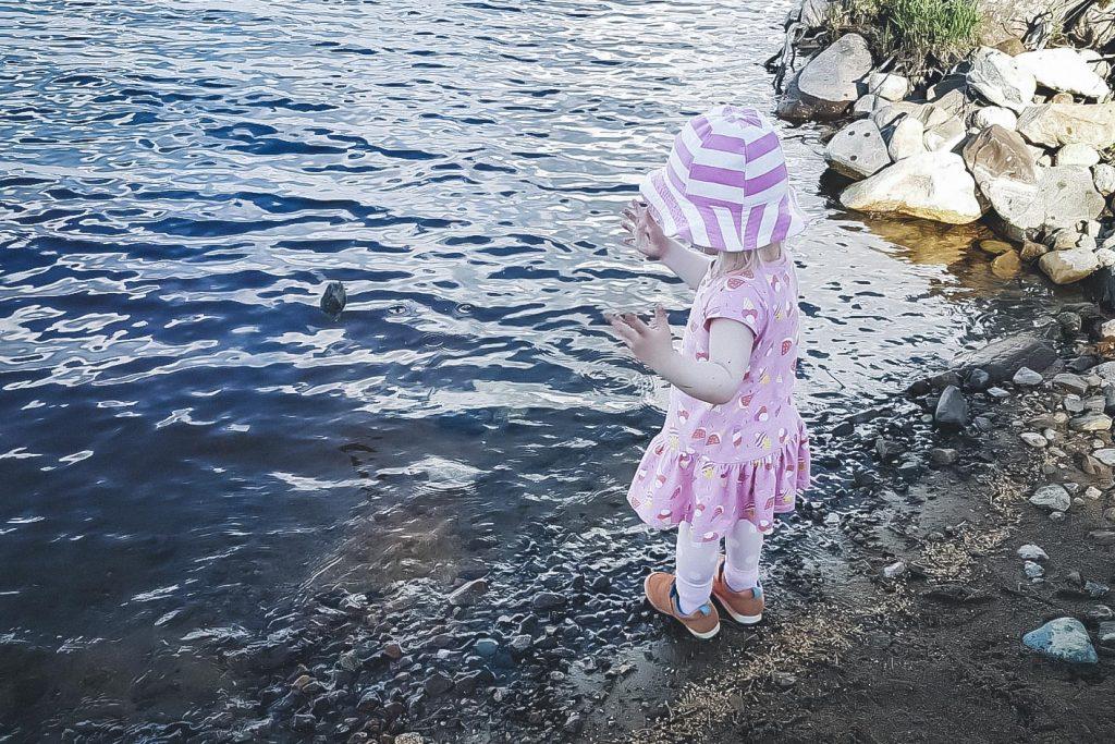 Kivien heittelyä järveen mökillä.