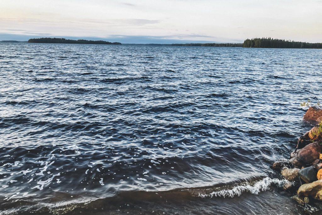 Tuulinen järvimaisema mökillä Kainuussa.