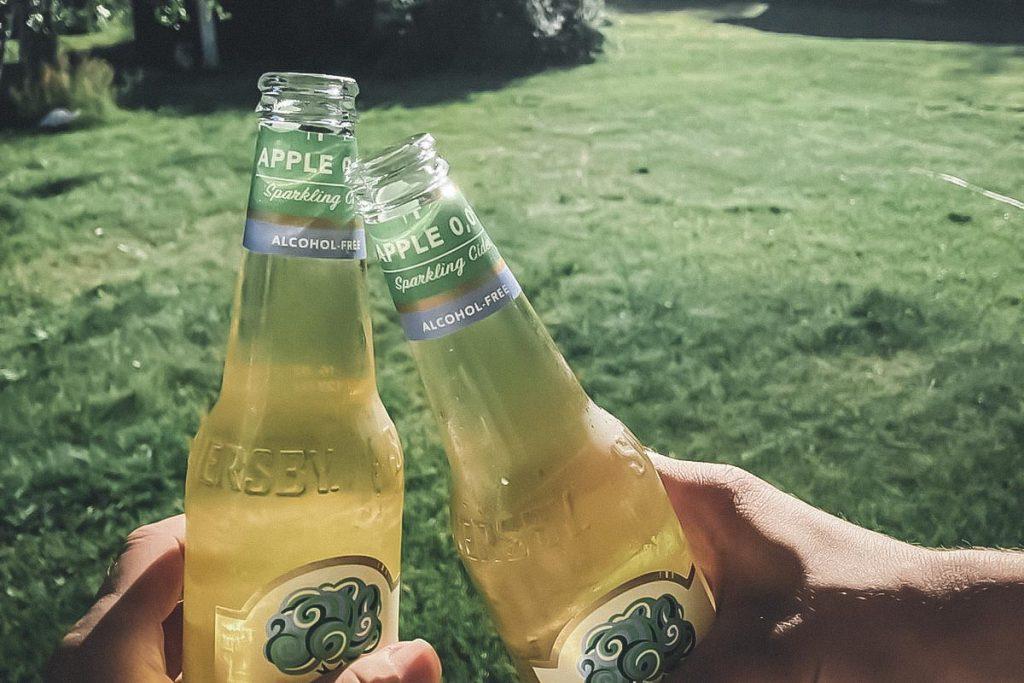 Fiilistelyä kuistilla kylmien juomien kanssa.