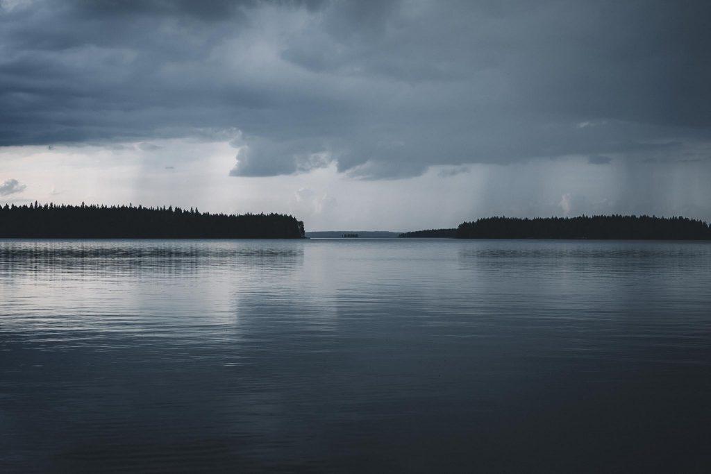 Sadepilvet järvenselän yllä.