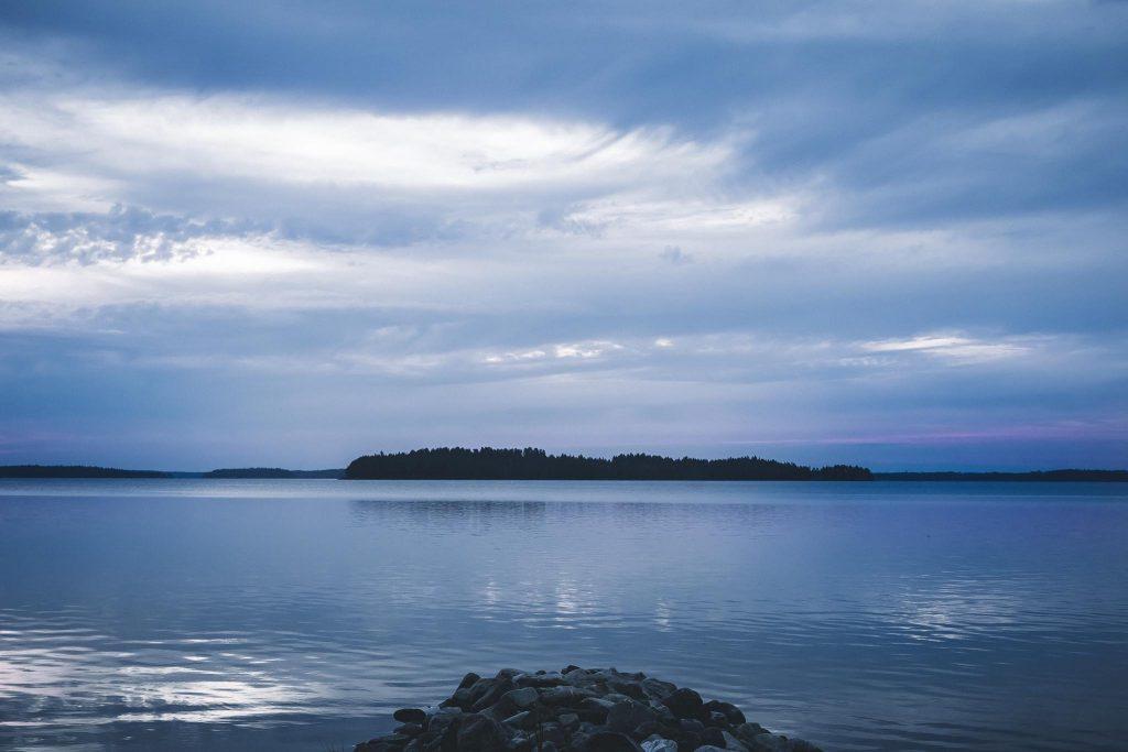 Synkät pilvet järven yllä.