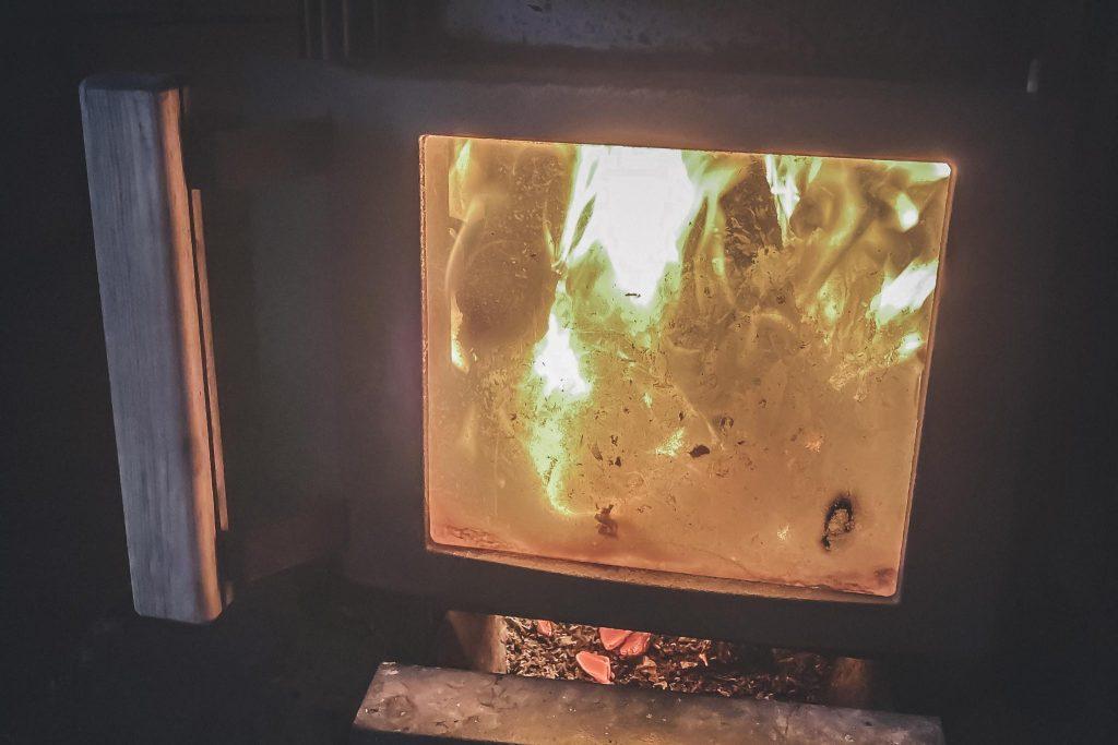 Saunan lämmittelyä mökillä.