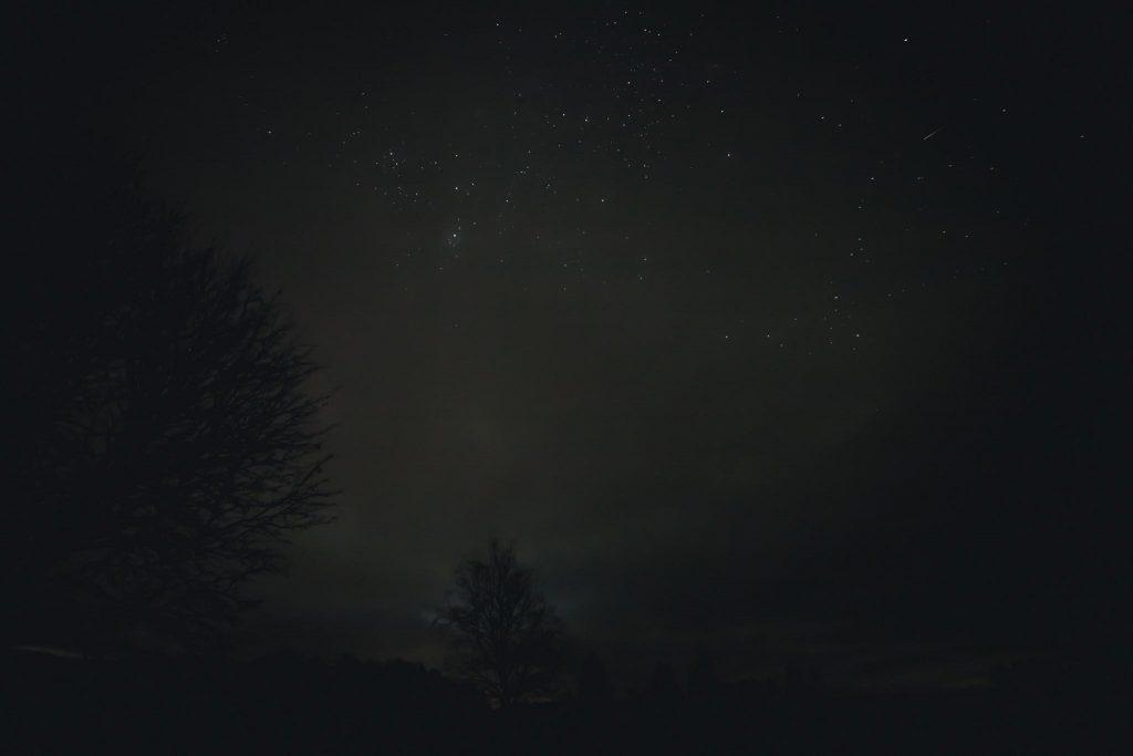 Tähtitaivas ja tähdenlento.