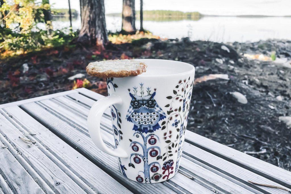 Kahvi tuokio terassilla.