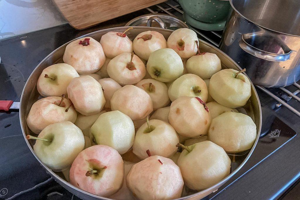 Omenahillon tekeminen.