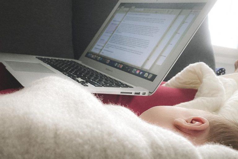 Vauvan kanssa kirjoittaminen.